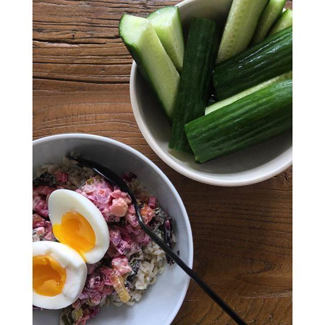 Improviseret (sen) frokost (læs: tøm køleskabet)✌🏼️ Tarteletfyld fra i går på en bund af brune ris og toppet med gourmetæg. Cucues on the side. Et udsøgt måltid😏 #køleskabsraid #aarstiderne #økologisk