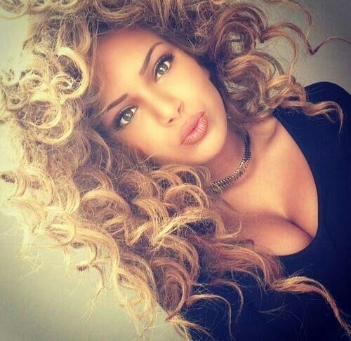 Nayra Et Lamia Deux Jumelles Une Sheytana Et Une Voilee En Pause Partie N 2 Cheveux Boucles Inspiration Cheveux Cheveux Beaute