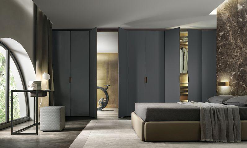 la composizione Cover suddivide ulteriormente lo spazio, creando ambienti con funzioni specifiche e, in contemporanea, offrendo una serie di nicchie attrezzate.