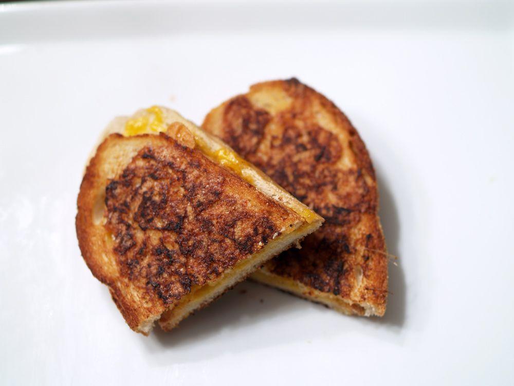 garlic crusted sourdough w cheddar grilled cheese. um, yum.