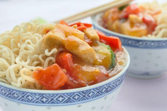 Ein Tha-Huhn süss-sauer findet man in zahlreichen Restaurants. Dieses Rezept kann man ganz einfach zu Hause bereiten.