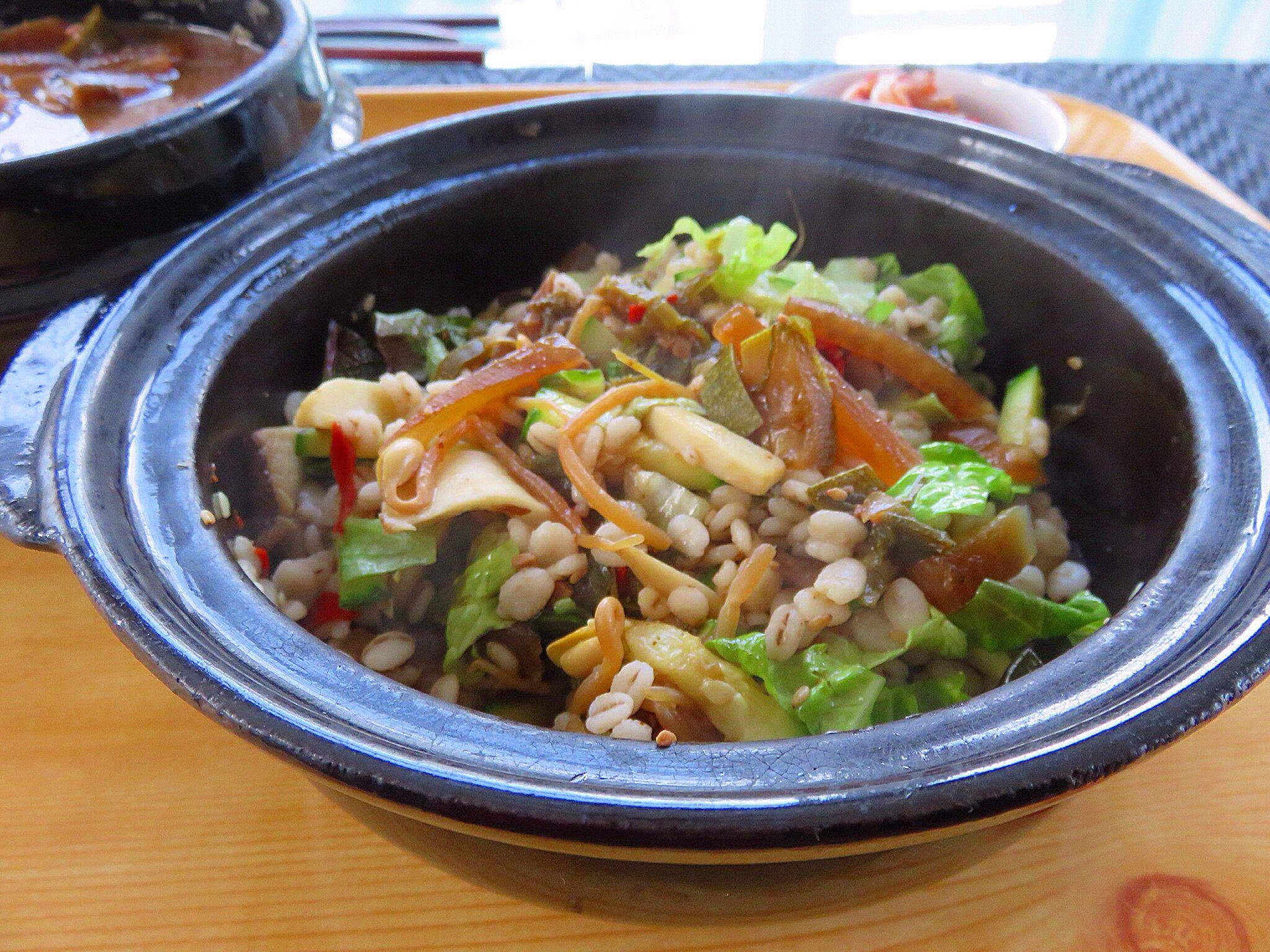 Barley Bibimbob. 납작 보리로 꽁보리밥 지어 강된장 찌개 넣어 비빔밥^^ 으히히히 안씹어도 막 술술 넘어간다.  * 강된장 찌개- 무채를 기름에 볶다, 쌀뜻물, 시래기, 호박, 양파, 파, 고추에 된장 푸욱 떠넣고 멸칫가루로 맛내어 낮은불에 은근히 오래 끓이다 깻잎 송송 썰어 넣어 밥에 비벼드심.  *보리밥에 호박과 버섯 볶은것과 상추 송송 썰어 넣고 강됀장과 함께 쓱쓱 비벼 비벼