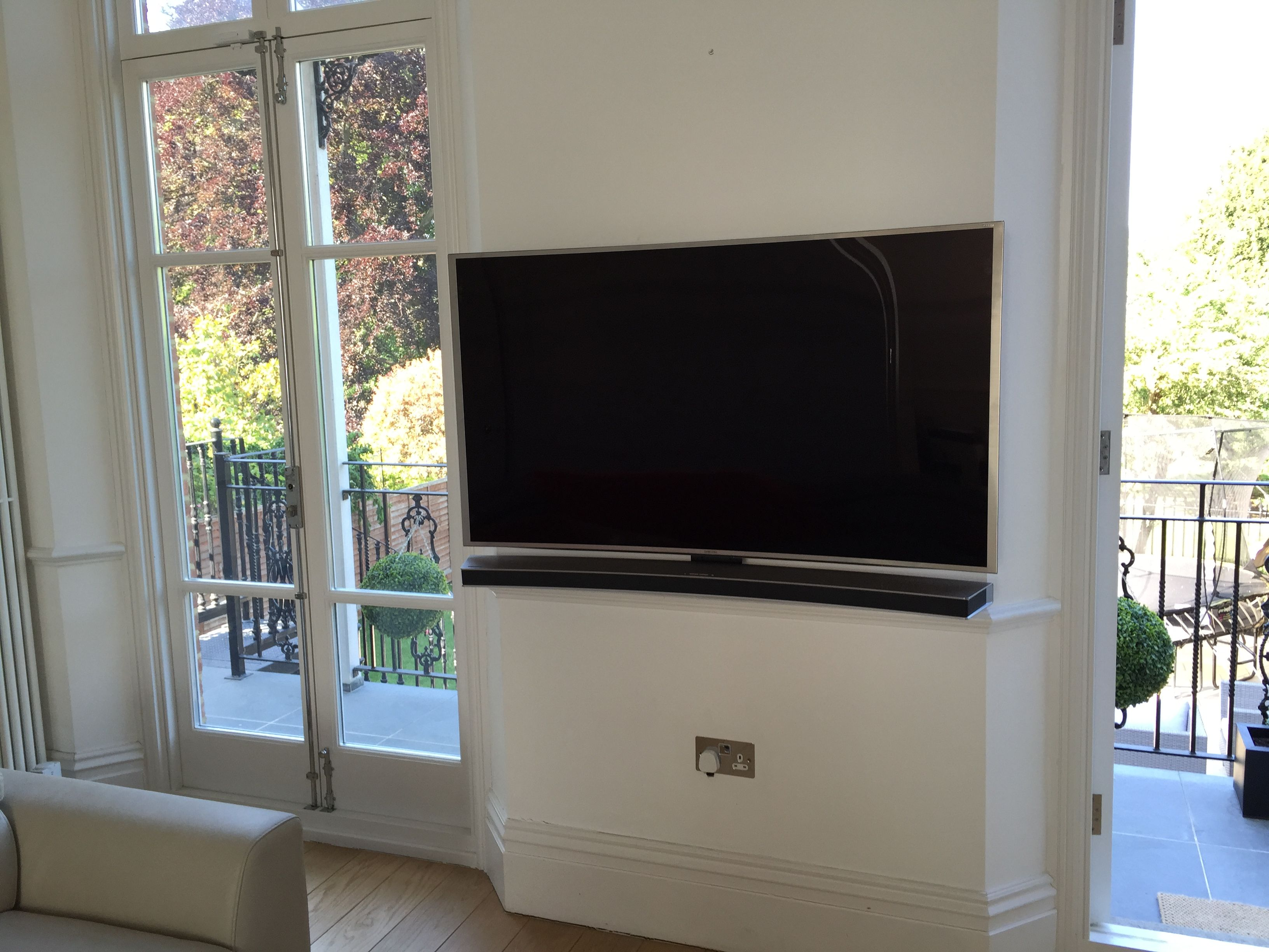 Samsung 4k Uhd Smart Curved Tv Wall Mounted With Matching