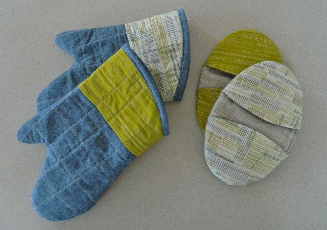 Two styles of oven mitts tutorial with link to free pattern