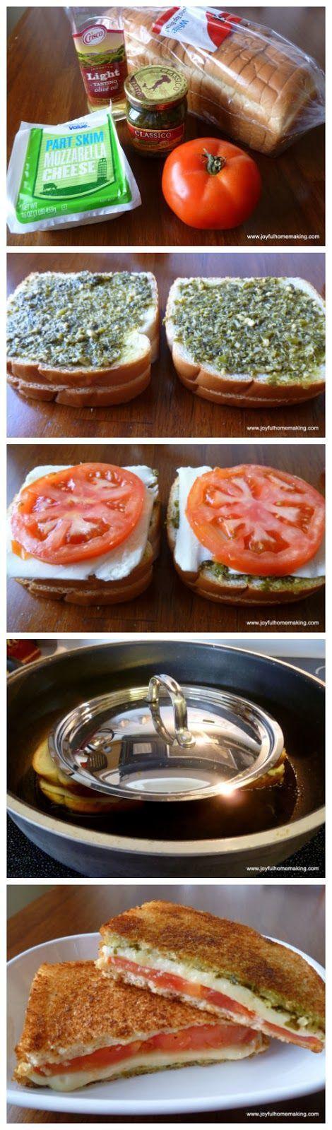 Leuk om een keer te proberen: een broodje met mozzarella, pesto en tomaat. Samen opwarmen in de pan met olijfolie. Lekker! (Je kunt het ook lekker koud eten).