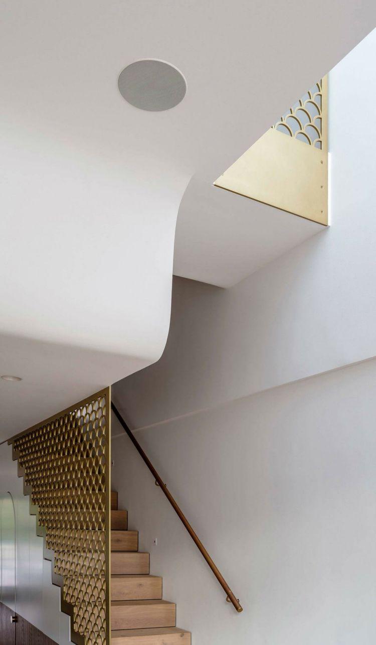farbe gold als akzent für die moderne einrichtung eines reihenhauses