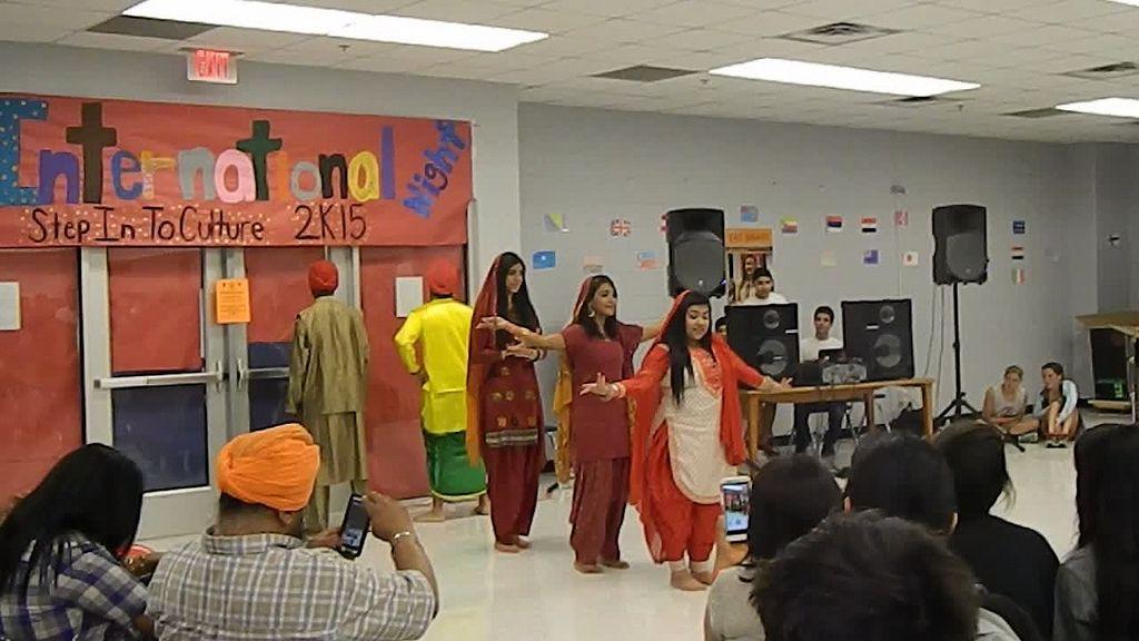 Durante La Noche Internacional, algunos de los estudiantes hicieron presentaciones sobre sus culturas. Aquí, cinco o seis de los estudiantes están bailando en el frente de la cafetería.
