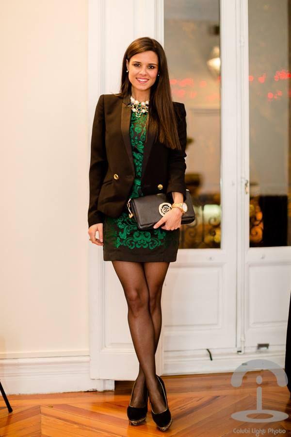Vestido negro con collar verde