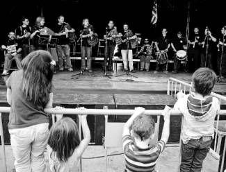 El folk anticipa las fiestas en la carpa del ternasco