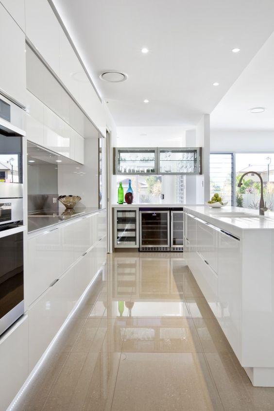 contemporary white kitchen staron solid surface benchtops Cocina