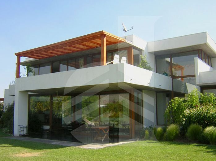 Terraza de madera con techo tipo celos a horizontal - Tipos de toldos para patios ...