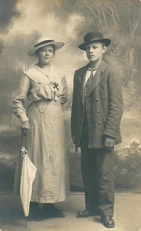 fashion 1910   Tämä nuori pari on kuvauttanut itsensä Turussa, Atelier Boreliuksella . Molemmilla on tyypilliset 1910-luvun puvut. Naisella nilkkapituinen hame ja suurikauluksinen väljä pusero. Arvelisin kuvan otetun kesäaikaan koska naisen puku on vaalea kuten kesäisin yleensä tapana oli. Miehellä kaksirivinen miesten puku ilman päällystakkia. Miehen hattu muistuttaa hieman knallia, mutta lieri näyttää leveämmältä. Miehen solmio ja pusero-yhdistelmä näyttää myös erikoiselta.