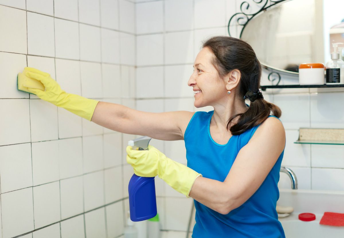Nettoyer les joints de carrelage sol et mural d 39 une salle de bain http - Astuce moisissure joint salle de bain ...