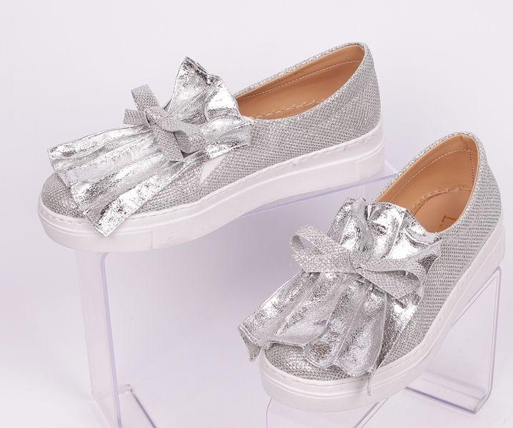 0d243b8c79e Сребристи дамски ежедневни обувки с удобна бяла подметка и ефектна панделка  отпред. Обувките са от плат, а от вътрешната страна са еко кожа, ...
