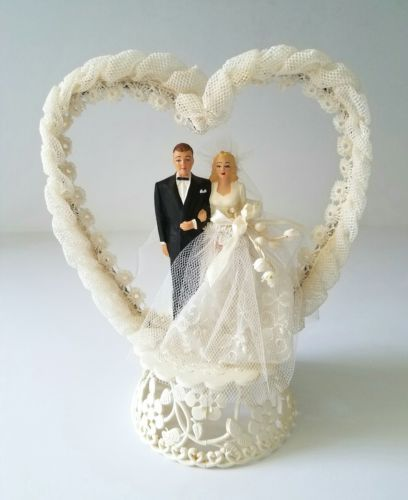 Vintage-1950-Wedding-Cake-Topper-Tulle-Heart-w-Blonde-Bride-amp-Dark-Haired-Groom..