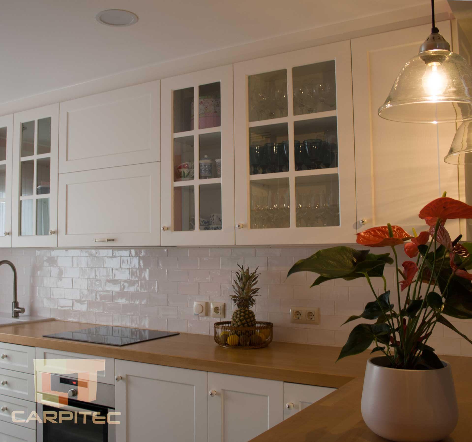 Cocina lacada en blanco con con encimera de madera vista for Encimera cocina madera