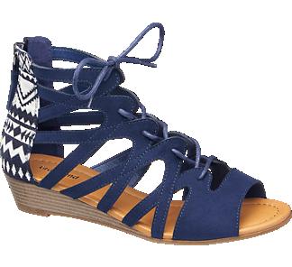 Deichmann: Die blaue Lace up Keilsandalette von #Deichmann für 24,90€ ist durch die offene Schuhspitze und die luftige Verarbeitung mit Riemchen, Cut-outs und Schnürung ausgezeichnet für die warme Jahreszeit geeignet. Durch den höher geschnittenen und geschlossenen Fersenbereich, der mit einem Reißverschluss versehen und in einem ethnisch inspirierten Muster gestaltet ist, bietet sie gleichzeitig guten Halt. Der 3,7-cm-Keilabsatz zeigt sich in beigefarbener Schichtoptik.