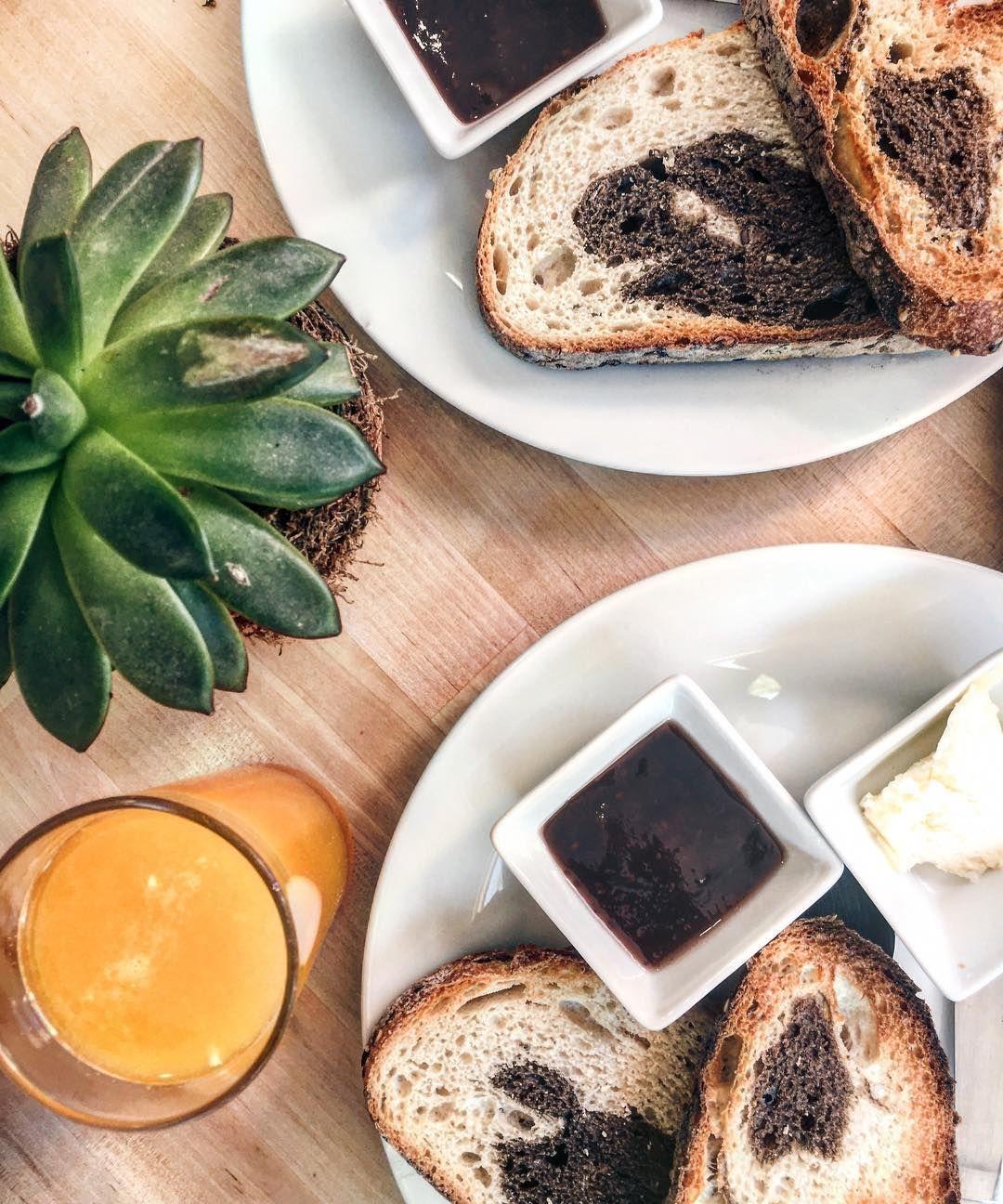 Venga que para celebrar que ya es Agosto nos hemos venidos a desayunar a @la_miguina tostadas de pan mármol.  #Lunes #Breakfast