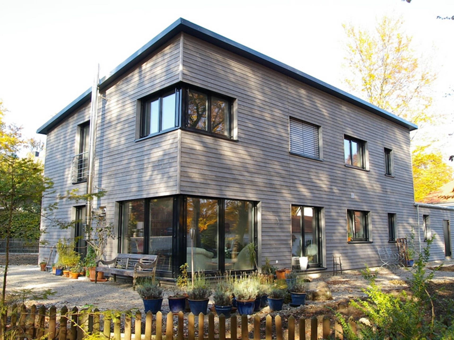 Das Haus Nimrod setzt mit seiner dominanten Holzfassade und seiner ...