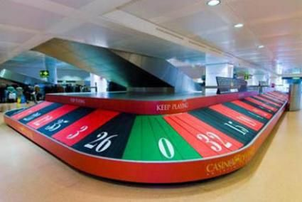 Casino di Venezia guerrilla marketing ad - Travelers waiting for luggage hope for luck while standing around, great idea! #guerrilla #marketing #airport #baggage #claim #EYB | Expand Your Brand