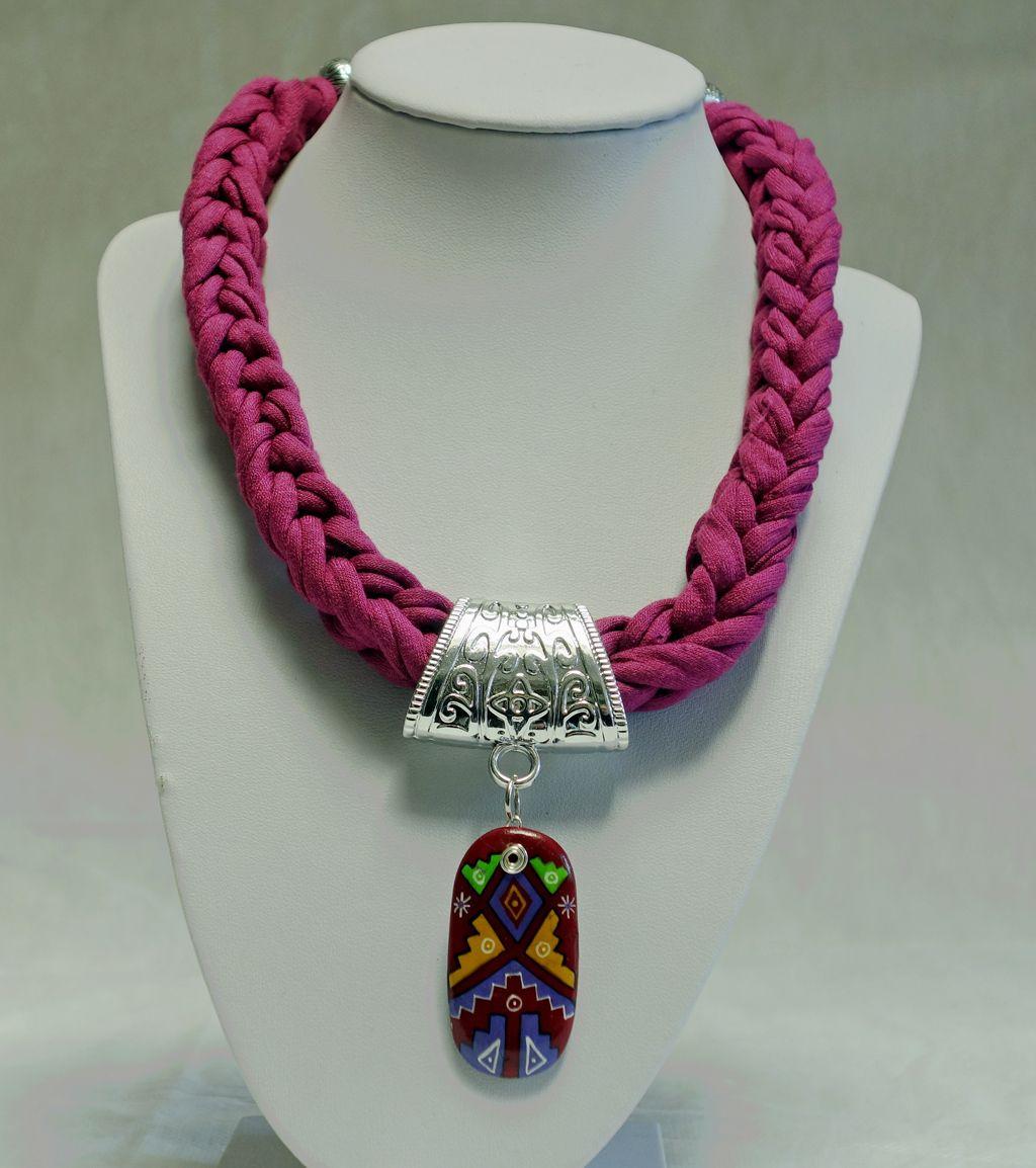 a8847137ab23 Collar realizado en trapillo trenzado con colgante tribal. | Joyeria ...
