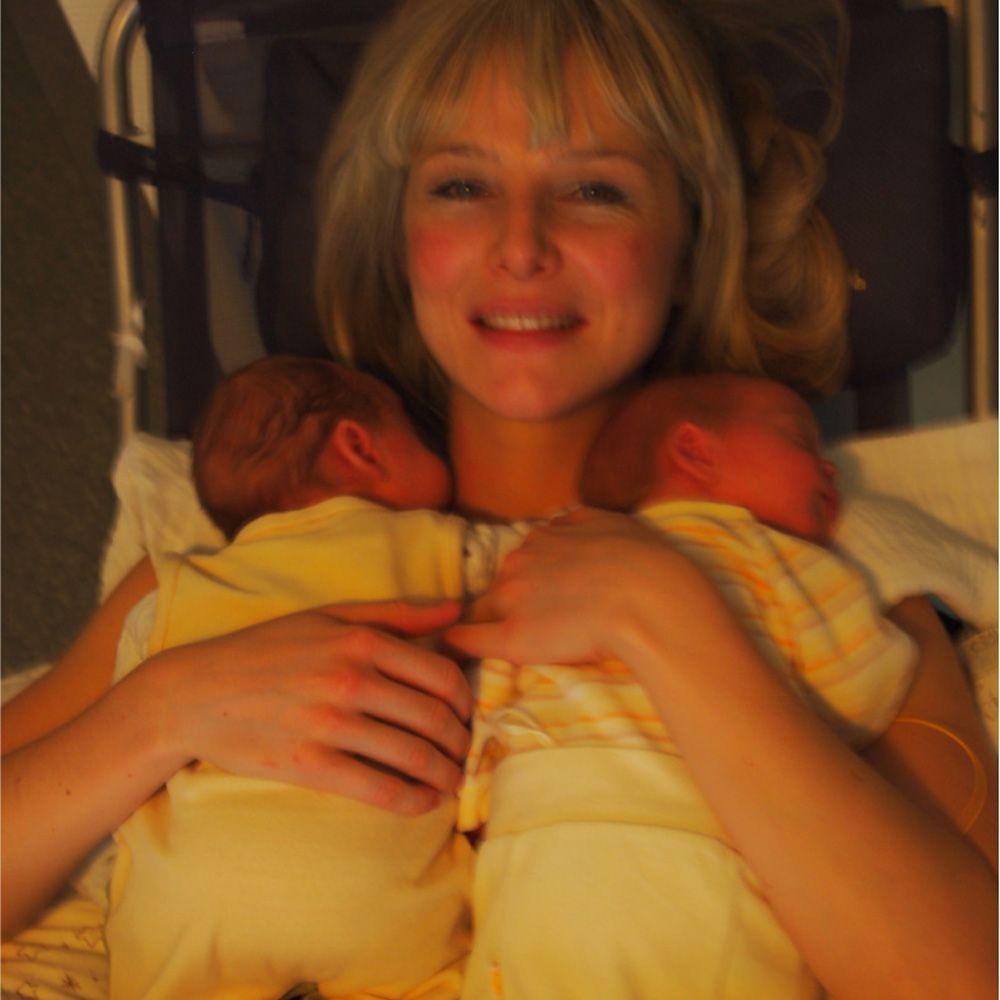 Saskia beim kangarooing ihrer beiden Baby Jungs August und Paul