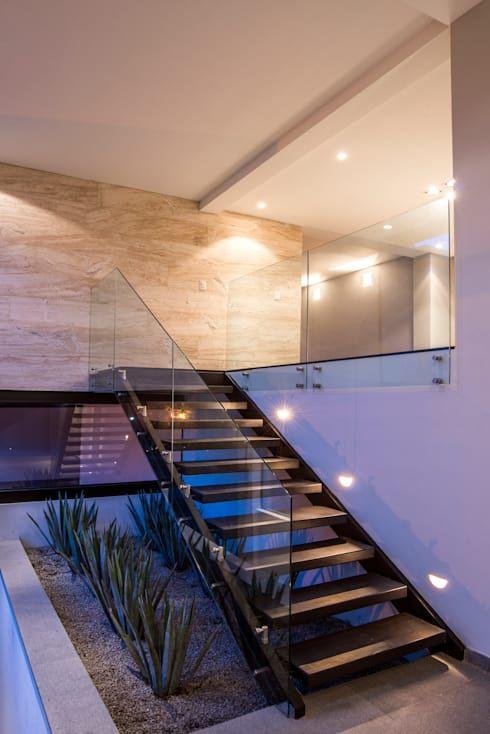Casas con jard n interior opci n natural para decorar tu for Escaleras para caminar fuera del jardin