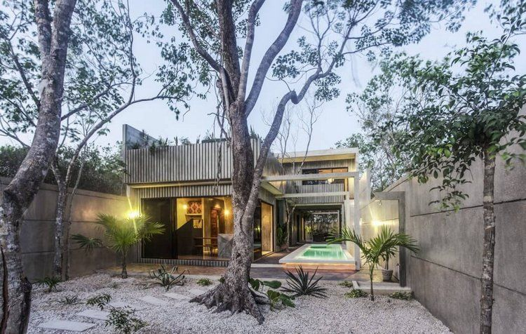 mur et façade maison en béton banché, jardin de rocaille et piscine ...