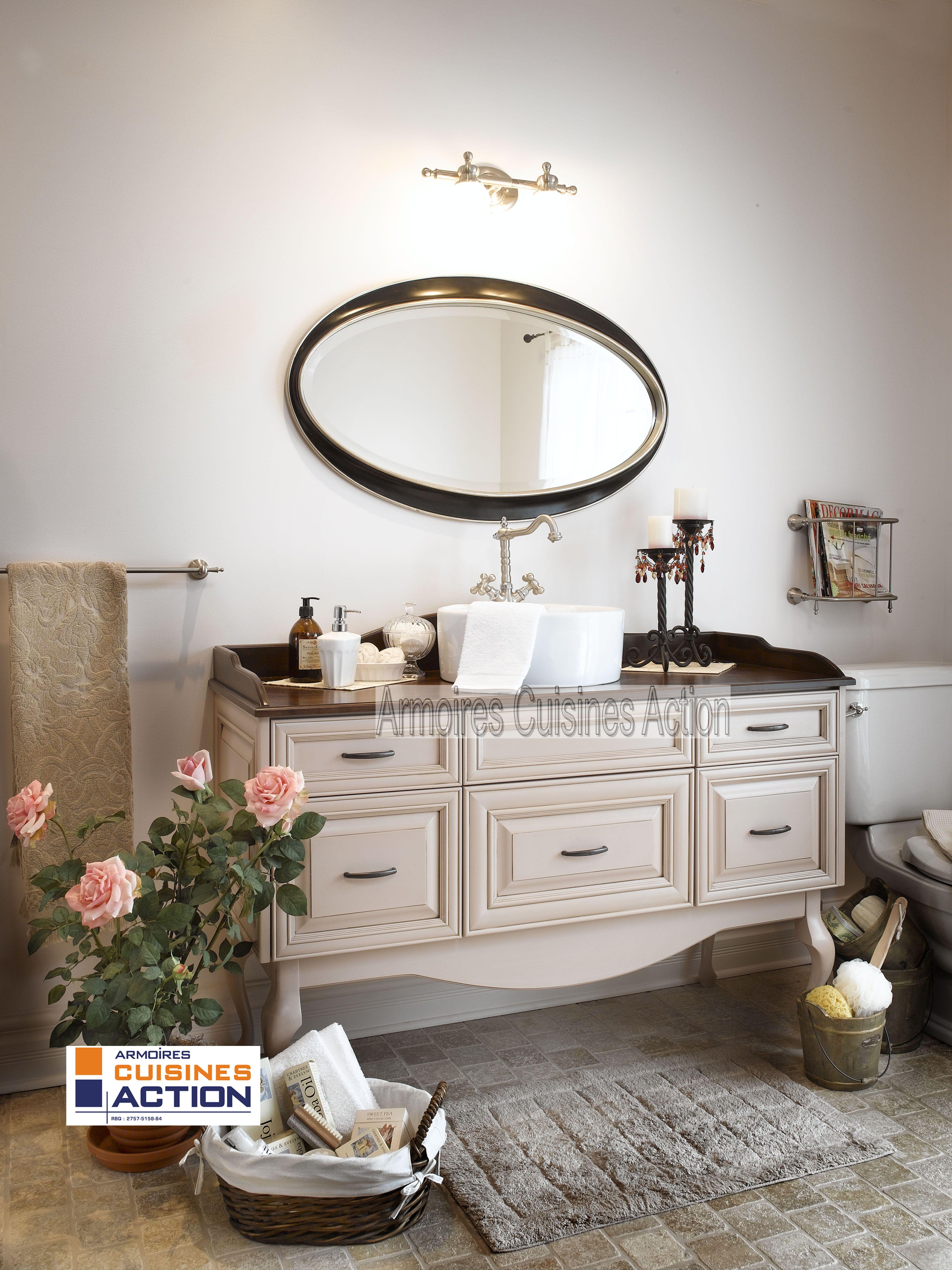 Salle de bain au look romantique de par ses porte en merisier au centre arrondi le pourtour du - Salle de bain romantique ...