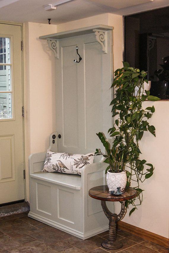 Árbol antiguo puerta pasillo con Banco de almacenamiento, estante y ...