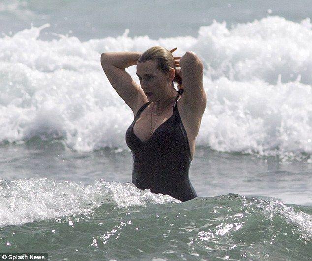Med hendes slank krop og Rød hårtype, uden BH (størrelse 34C) på stranden i bikini