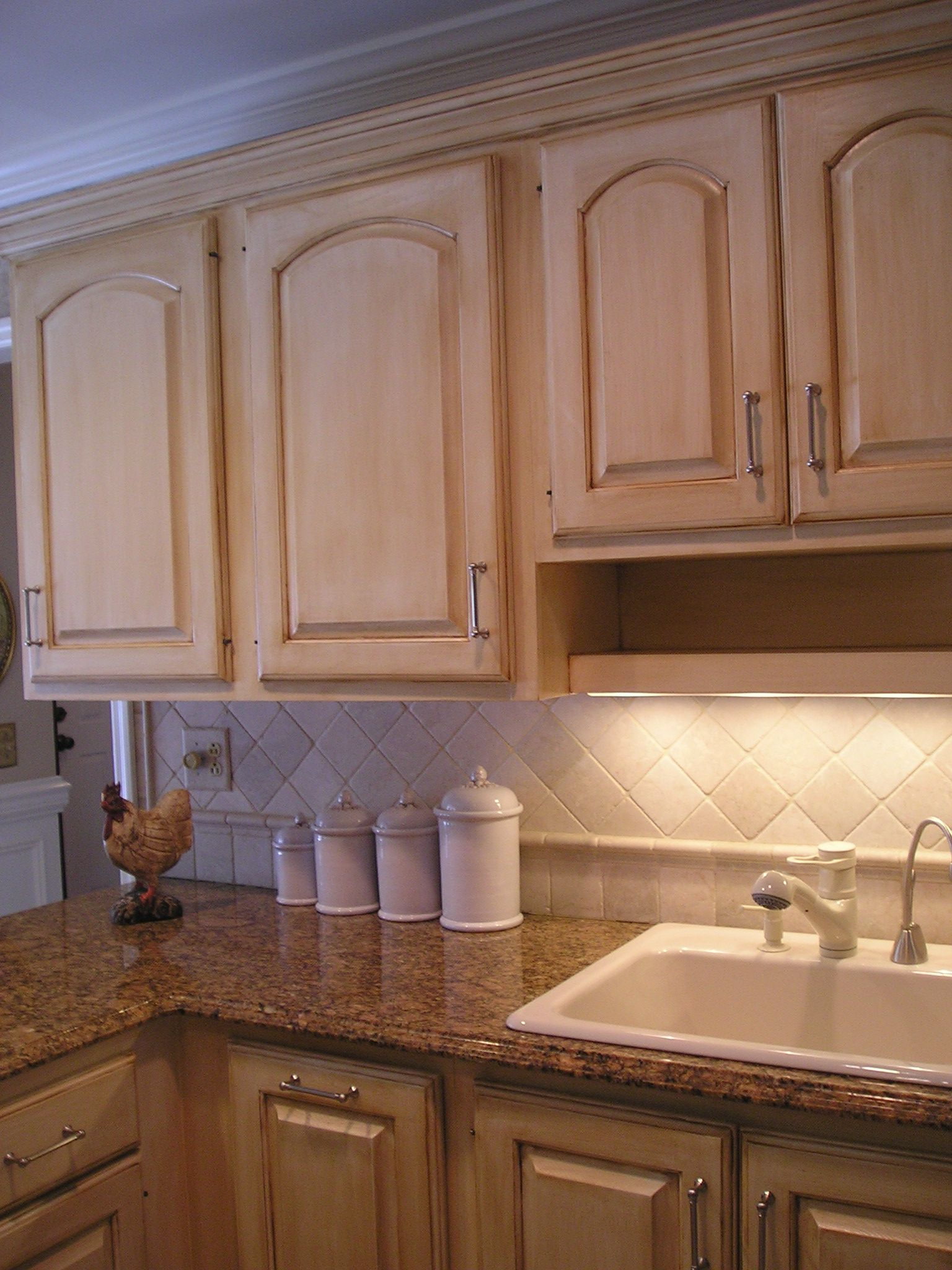 Cabinets Painted In A Linen White And Then Finished With A Beautiful Esspresso Glaze Repainting Kitchen Cabinets Brown Kitchen Cabinets Oak Kitchen Cabinets