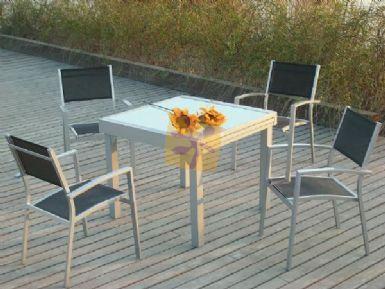 Conjunto de mesa con sillas en color plata y cristal helado.
