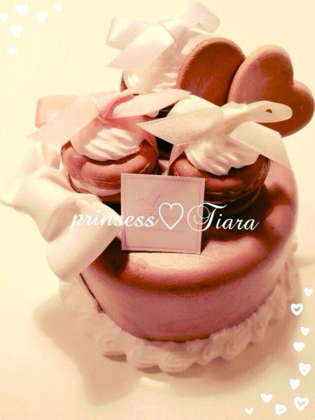 可愛いチョコレートケーキ完成♡ マカロンも載せて見ました!