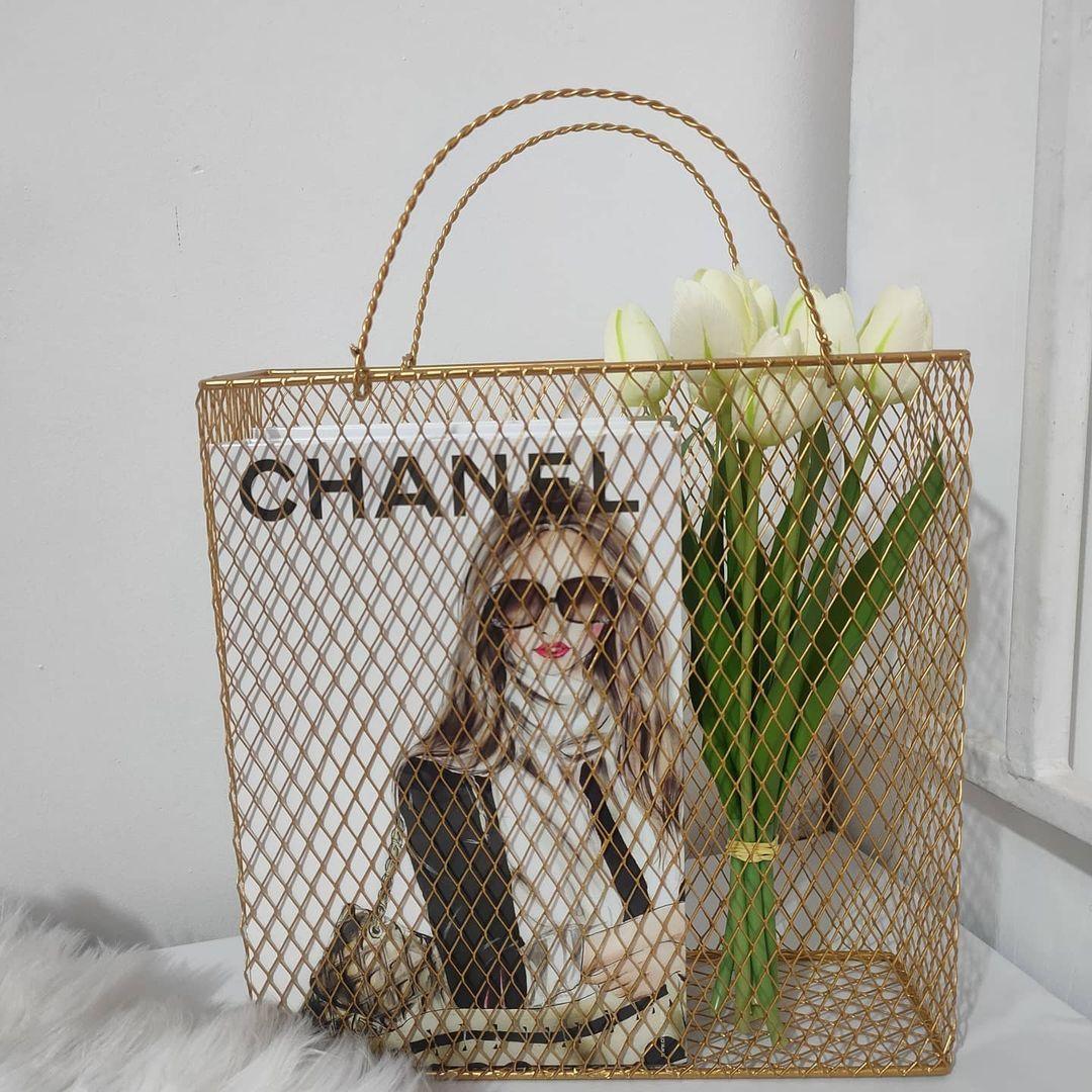 بيت العائلة On Instagram سله ديكور معدن ذهبي السعر ١٠ الاف دينار يتوفر توصيل لكافة المحافظات بيت العائلة تسوق بغد In 2021 Burlap Bag Reusable Tote Bags Straw Bag