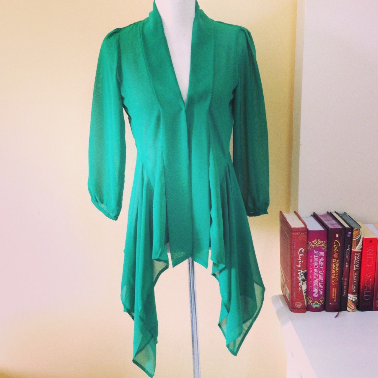 What a lovely green kebaya! If I could get my hands on that ...