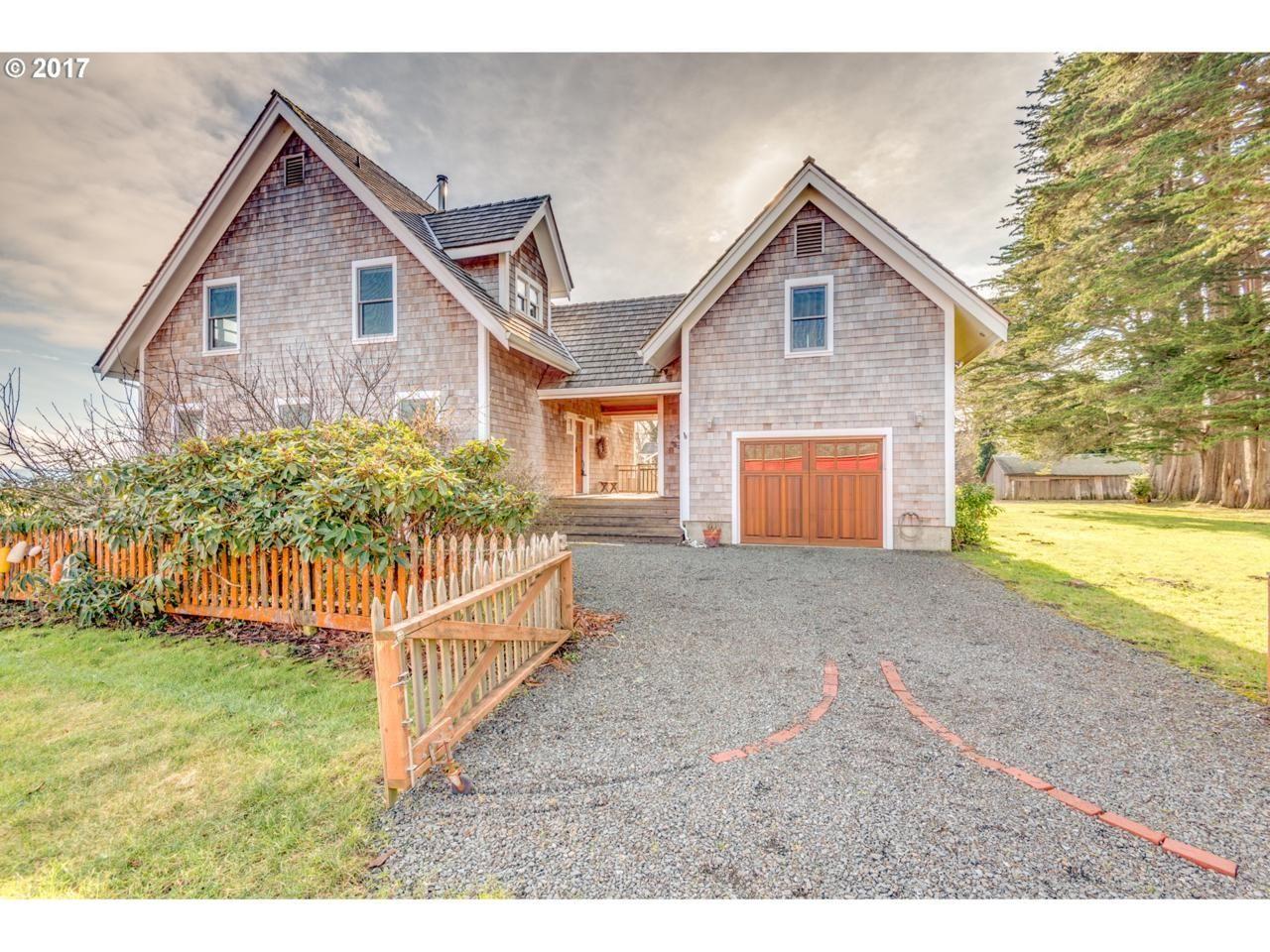 Best Cedar Shake Exterior With Images Shingle Siding House 400 x 300