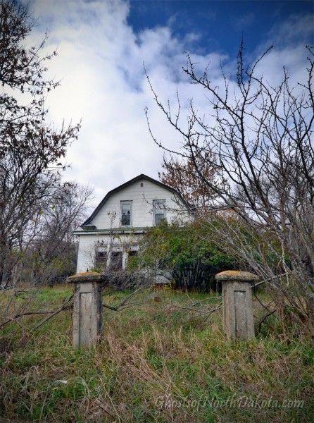 Blabon Ten Years Later Ghostsofnorthdakota Com Old Farm Houses Creepy Houses Derelict House