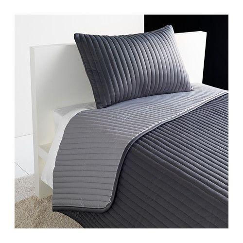 IKEA - KARIT, Sprei en kussenovertrek, 180x280/40x65 cm, , De gewatteerde sprei en kussenovertrek zijn extra zacht.De uitstraling van de slaapkamer is met deze sprei gemakkelijk te variëren omdat het een lichte en een donkere kant heeft.Het kussenovertrek is door de blinde rits makkelijk afneembaar.Eenvoudig te transporteren en op te bergen omdat de verpakking tevens een opbergtas is.