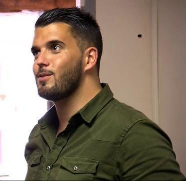 Cédric porte une chemise vert olive