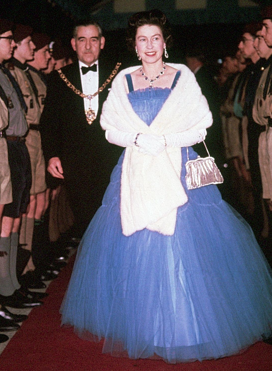Royal Family Halloween Costumes Halloween Queen Queen Gown Queen Elizabeth [ 1489 x 1093 Pixel ]