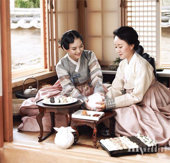 Hanbok The Traditional Korean Dress Hanbok South Korea Or Chosŏn Ot North Korea Is The Tradition Korean Traditional Korean Dress Korean Traditional Dress