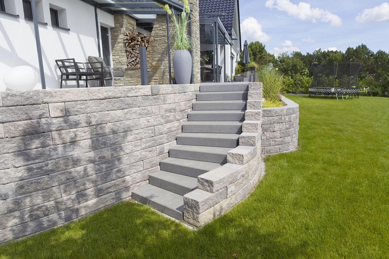 Außentreppe und Hauseingang #betonblockgarten