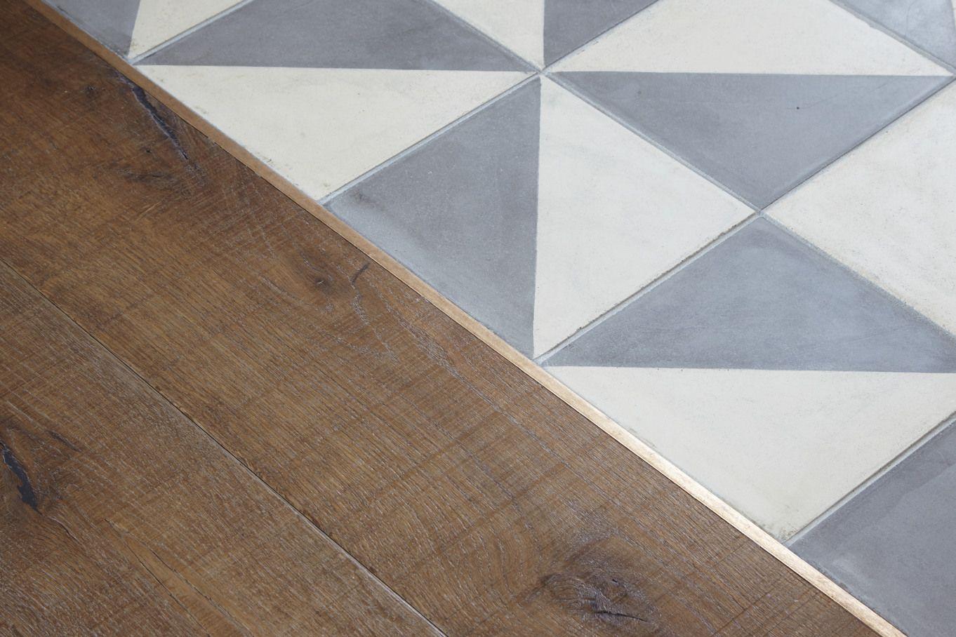 Piastrelle di cemento encausto bicromatiche e parquet di quercia