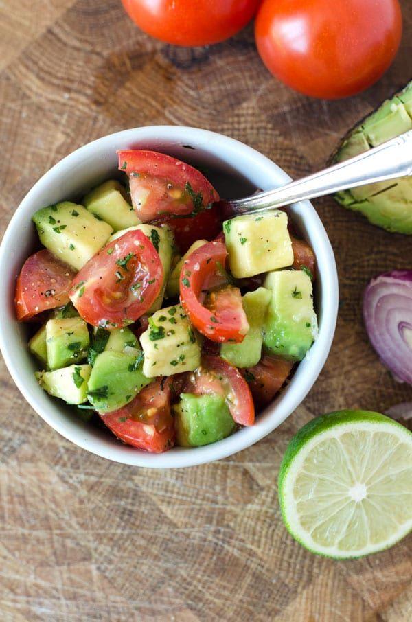 Frischer Tomaten-Avocado-Salat mit nur vier Zutaten, blitzschnell gemacht. Vegan und kalorienarm. P