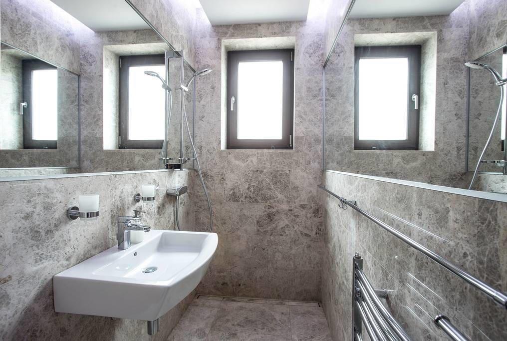Luxeriöses Badezimmer mit marmorierten Fliesen WG in Berlin - fliesen für badezimmer