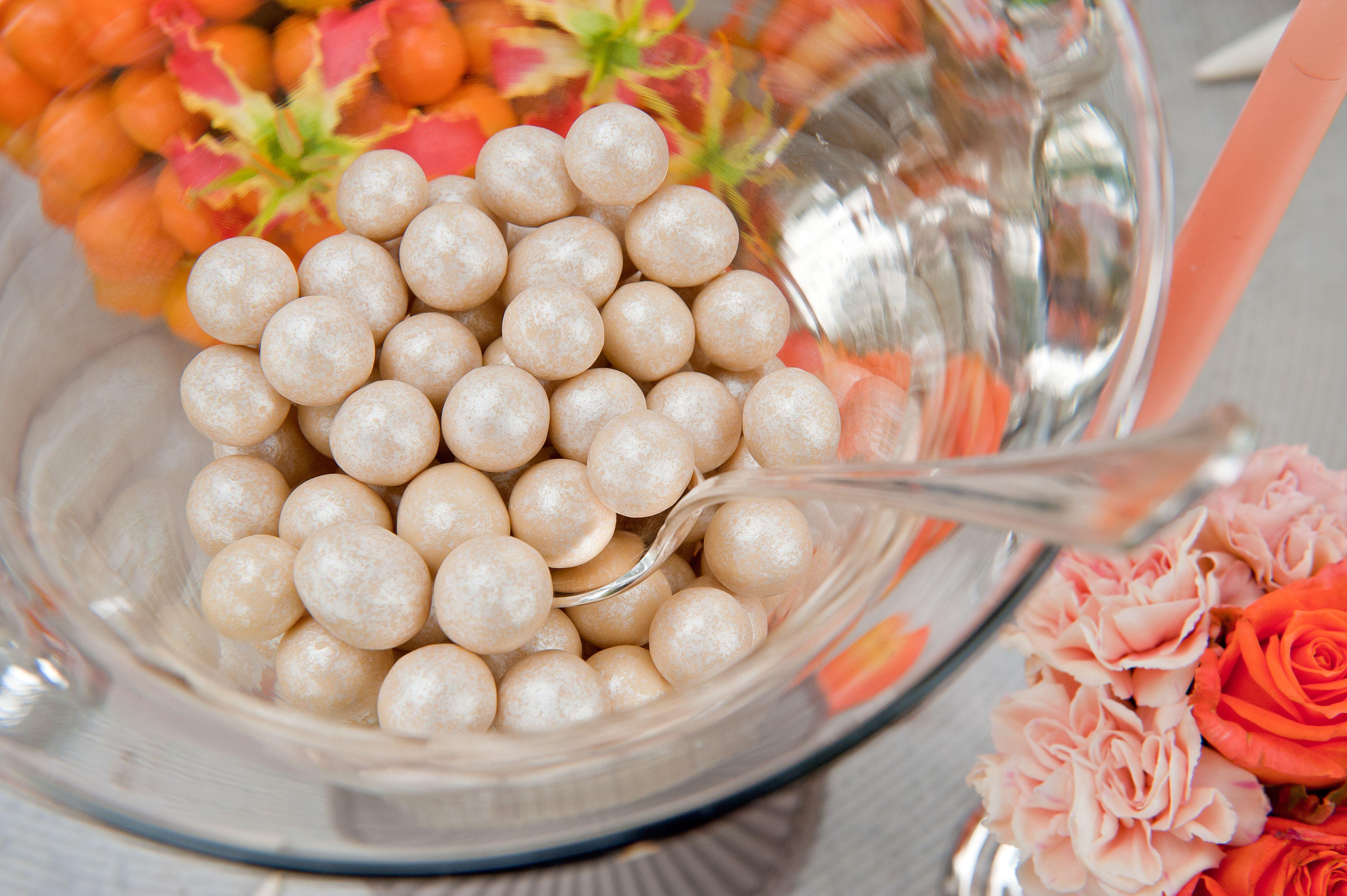 In coppa nocciole perlate avorio e cioccolato bianco... Disponibili in 10 gradazioni. By Casa della Sposa Verona