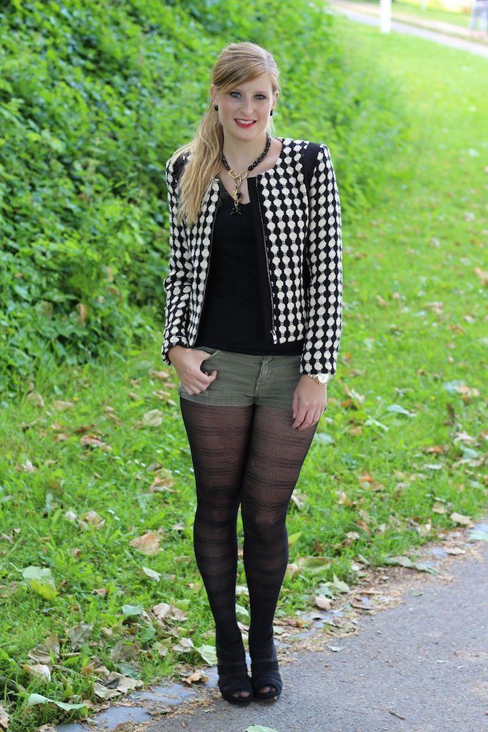 a47c6e496a96 Muster Herbst Blazer Herbstmode schwarz weiß Modeblog jeans hotpants  strumpfhose outfit