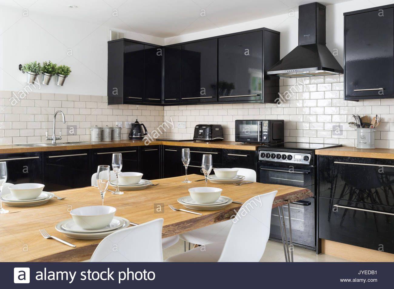Modern Kitchen With Black Cabinets Cuisine Moderne Table A Manger En Chene Et Sejour Cuisine