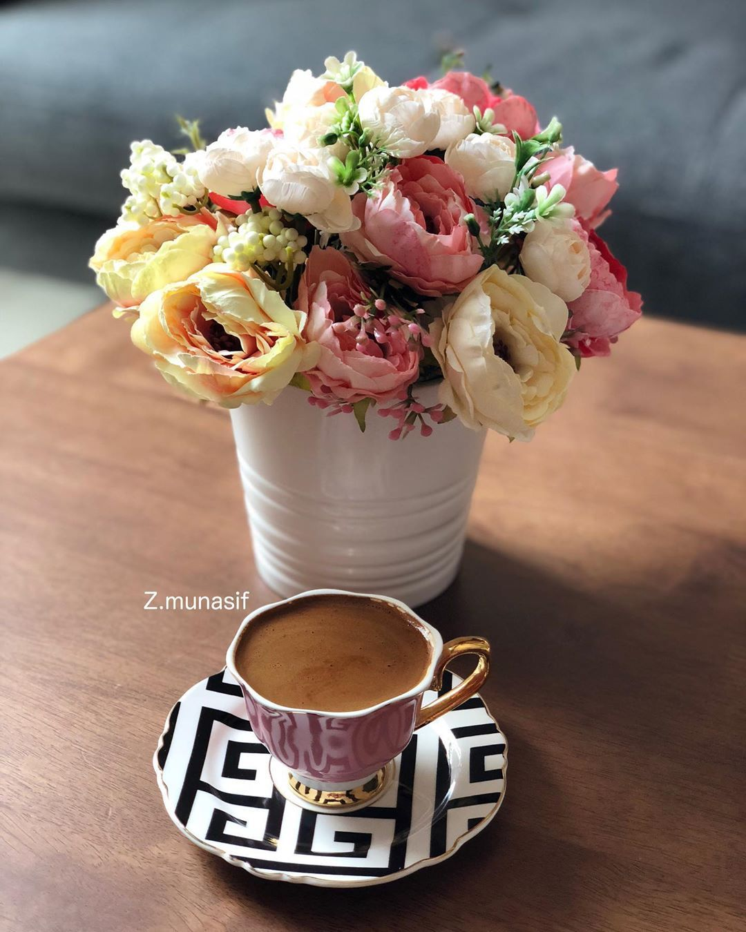 Umalwaleed Pe Instagram الجم ال يأتي على هيئة ورد و كوب قه وه تقديماتكم صباحيات صباح الخير ورد صناعي و Turkish Coffee Cofee Cup Food